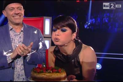 """""""Buon compleanno!"""": auguri e (super) candela spenta in diretta per Dolcenera"""